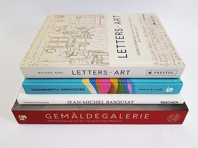 Kunstbücher und Bildbände Buchstapel