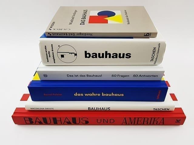 Bauhaus Bücher und Bildbände in einem Buchstapel