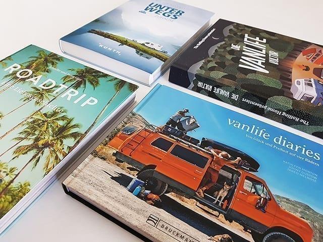 Vanlife Bücher und Bildbände auf einem Buchtisch