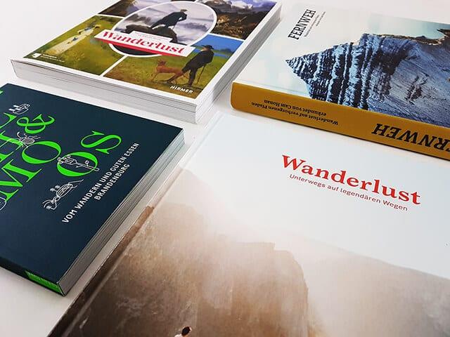 Wanderlust Buchtisch Bücher liegend