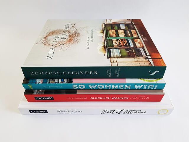 Interior Design Bücher und Bildbände gestapelt
