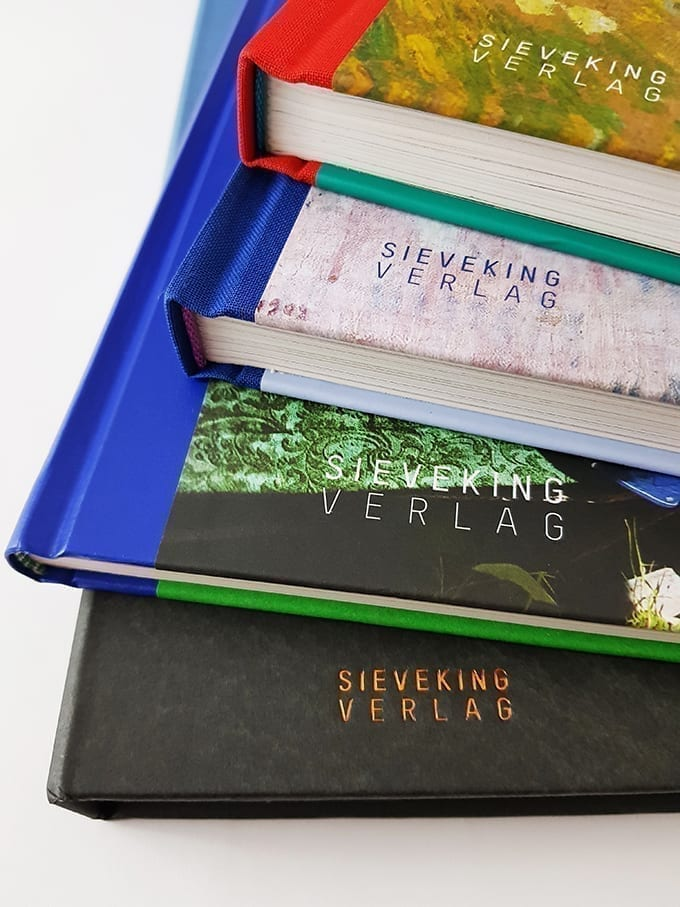Bücher und Bildbände aus dem Sieveking Verlag gestapelt