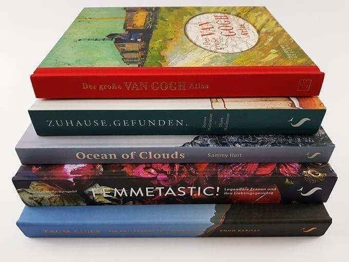 Bücher und Bildbände aus dem Sieveking Verlag als Buchstapel gestapelt