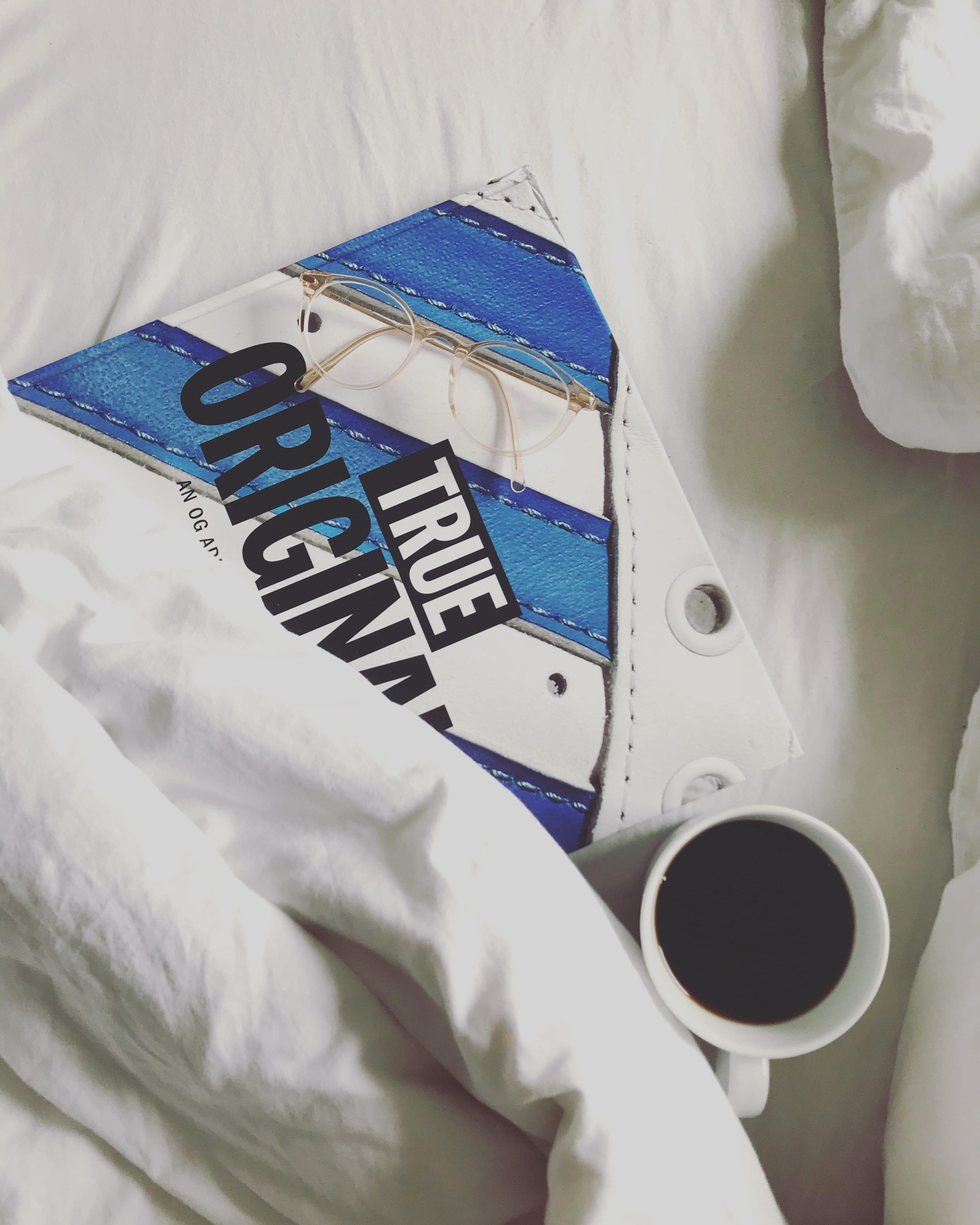 Kaffee und Buch im Bett